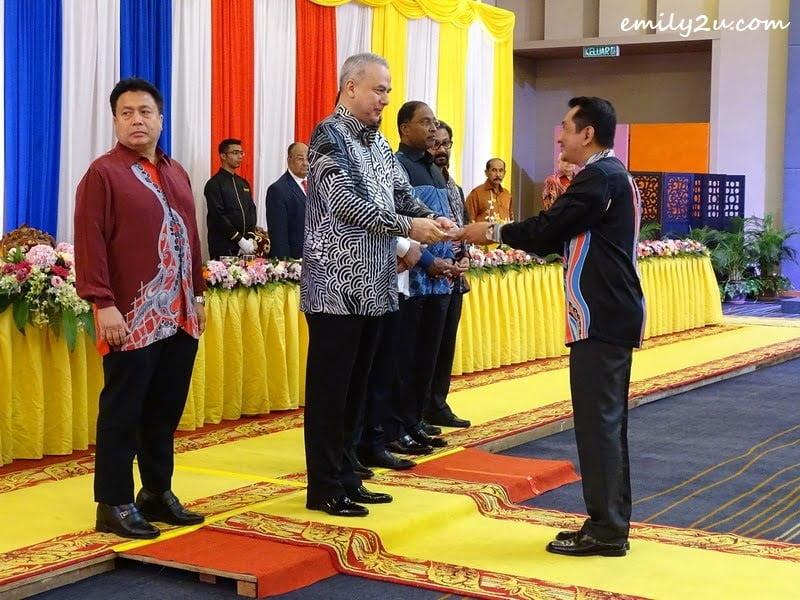 10. Media Officer Kamaruzaman Hassan receives a memento from HRH Sultan of Perak Sultan Nazrin Muizzuddin Shah Ibni Almarhum Sultan Azlan Muhibbuddin Shah Al-Maghfur-Lah