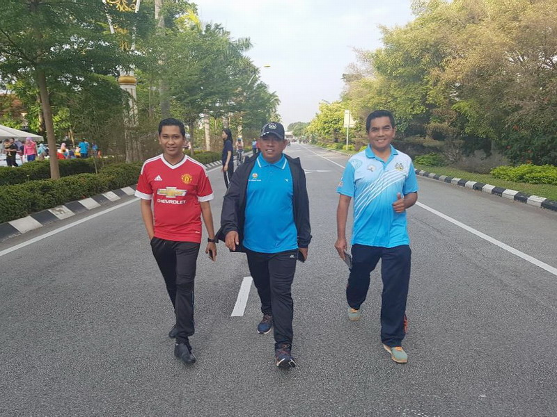 4. Council Secretary Encik Mohd Zakuan Zakaria flanked by two of his officers
