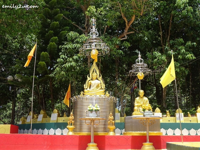 8. golden Buddha statues