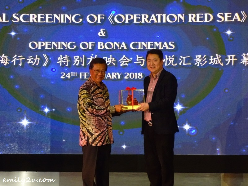 9. exchange of memento between Chairman of Genting Malaysia Y. Bhg. Tan Sri KT Lim (L) and Bona Film Group Chairman & General Manager of the Board Mr. Yu Dong (R)