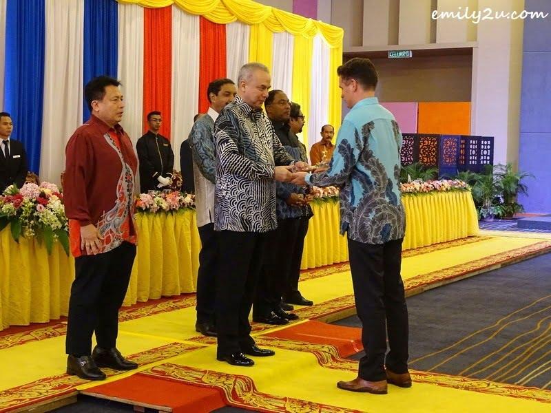 9. memento from HRH Sultan of Perak Sultan Nazrin Muizzuddin Shah Ibni Almarhum Sultan Azlan Muhibbuddin Shah Al-Maghfur-Lah to a tournament official