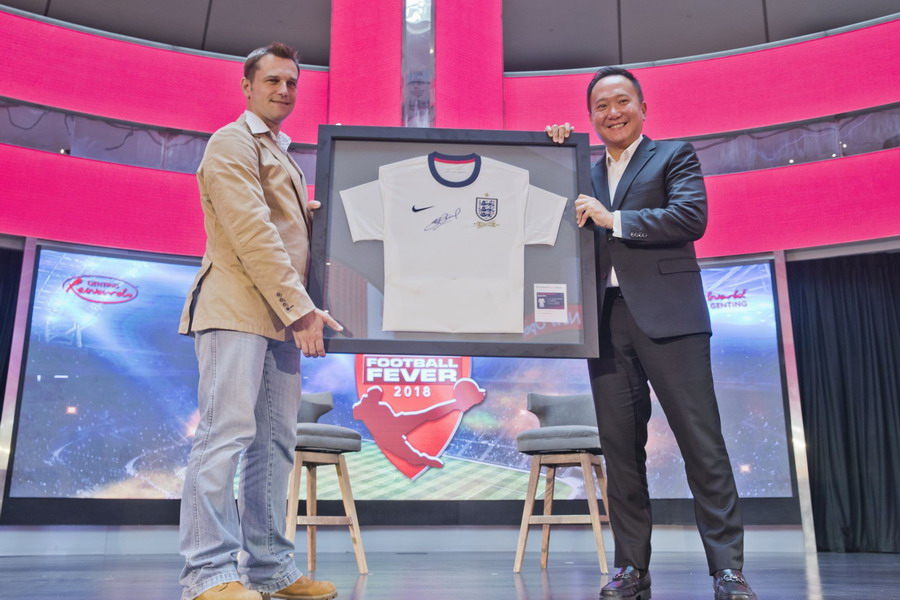 Gavin O'Luanaigh presents Kevin Tann with an autographed jersey from Steven Gerrard at the Genting Football Fever 2018 launch