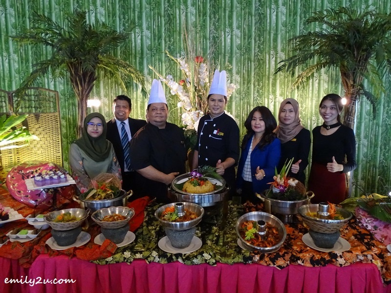 1. Syeun Hotel Ipoh team presents Buffet Ramadan Al Mubarak (L-R): Sales Coordinator Nooratikah, Assistant Sales Manager Anuar Yusoff, Sous Chefs Fareiz Abd Aziz & Nizamhuri Musa, Syeun Hotel Director Maggie Ong, Business Development Manager Nooris and Event Executive Moon
