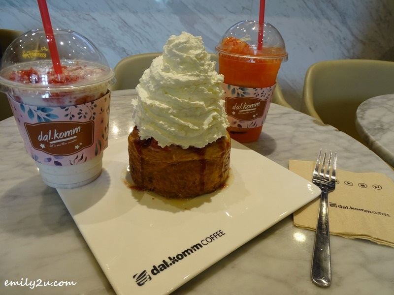 Strawberry Lava Cruffin flanked by Strawberry Cube (L) & Honey Grapefruit (R) @ dal.komm Coffee, SkyAvenue