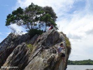 12 Pulau Layang-Layangan