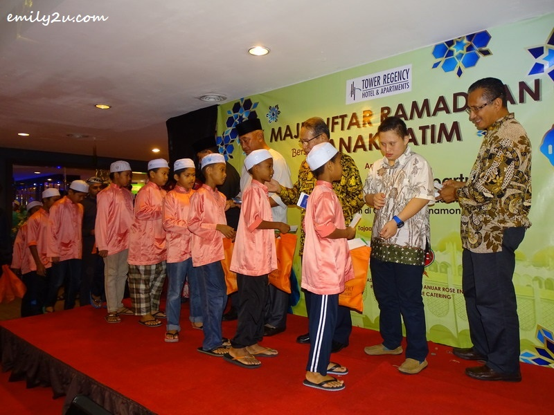 7. children from Pertubuhan Anak Yatim Dahikmah, Gopeng receive their duit Ramadan and sponsored goodies