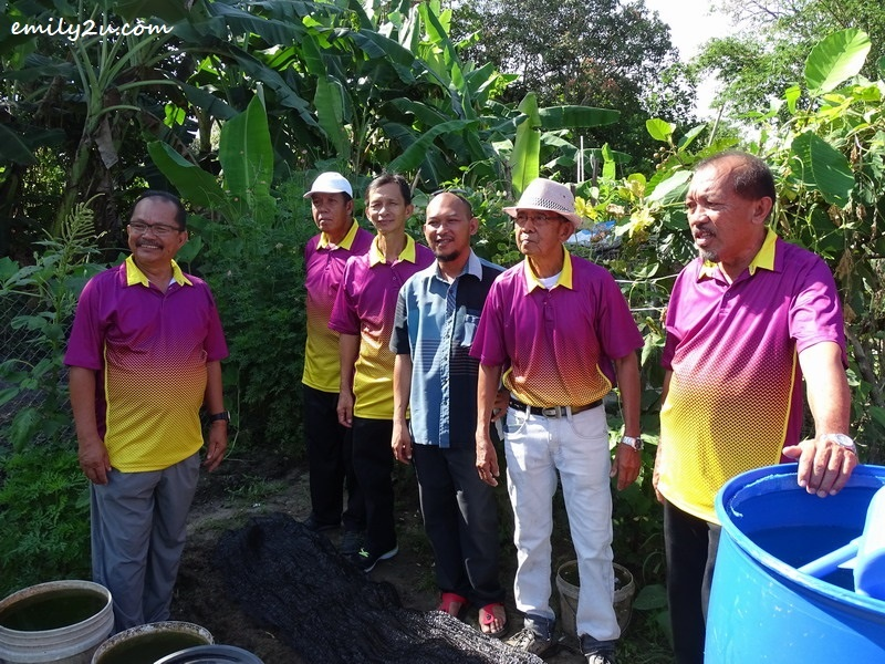 9. Ketua Kampung En. Faizal Bin Hj. Lakat (in blue) with community leaders