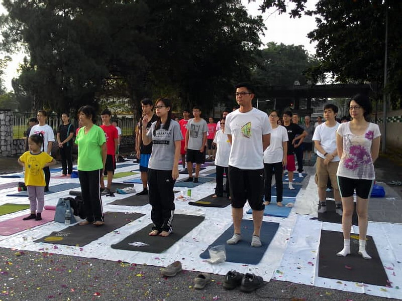 2. YB Tan Kar Hing (2nd from R) and YB Jenny Choy  (C) participate in yoga