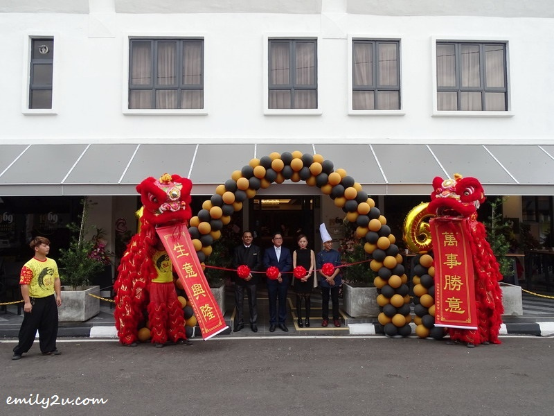 3. a pair of lions bless the hotel during its launch, received by (L-R) Dalbeer Singh (Manager, Hospitality), hotel co-founder Mr. Tony Wong, hotel founder Datin Kelly Yang & Executive Chef C.S. Chu