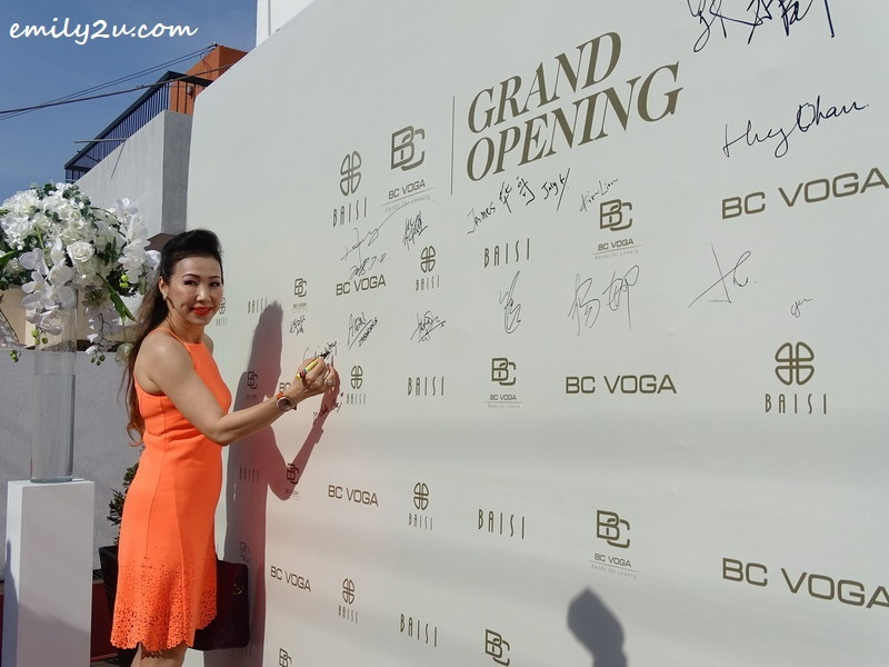 1. Datin Caroline Wong, Ambassador for International IPOH Fashion Week (IIFW), signs on the board