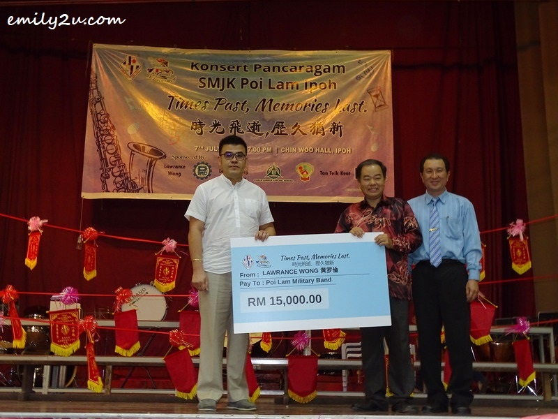 2. mock cheque presentation by a single largest donor, Mr. Lawrence Wong (L), to SMJK Poi Lam Parent Teacher Association Chairman Mr. Tan Teik Keat (2nd from R) and Headmaster Mr. Kow Guan Ming (R)