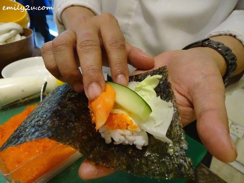 6. the making of makizushi sushi roll