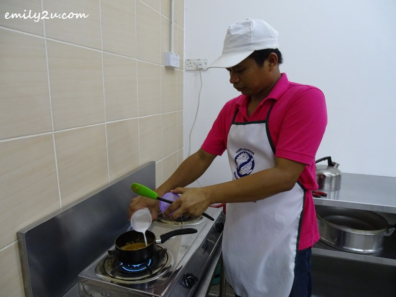 2. MamaBz owner, Fariz, adds coconut milk to his redang daging