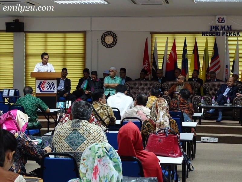 1. President of Kelab Sukan & Kebajikan Media Perak, Rosli Mansor, gives a welcome speech to media delegation from Medan, Indonesia