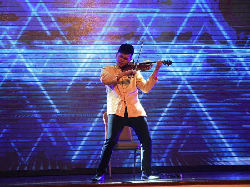 1. powerful performance by violinist, Julian Lee