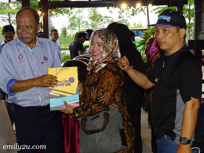 23. Datuk Wira Jamaluddin Bin Hj. Abdul Rahim (L) presents souvenirs from Tourism Perak to Medan delegation
