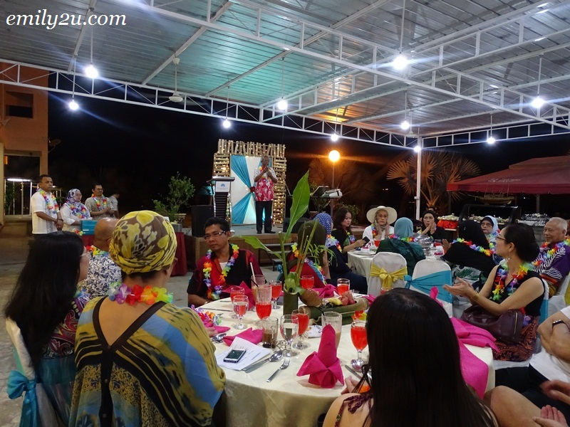 28. Hawaii-themed dinner