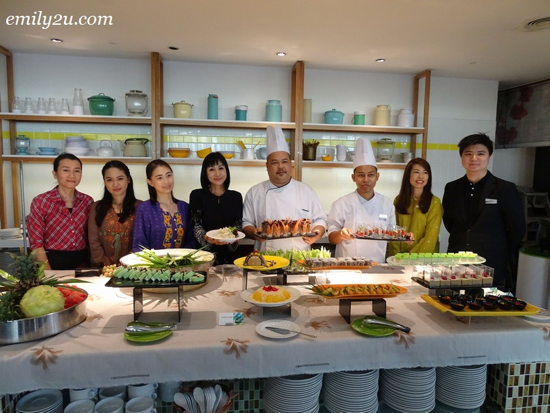 19. staff of MÙ Hotel Ipoh introduce the hi-tea set