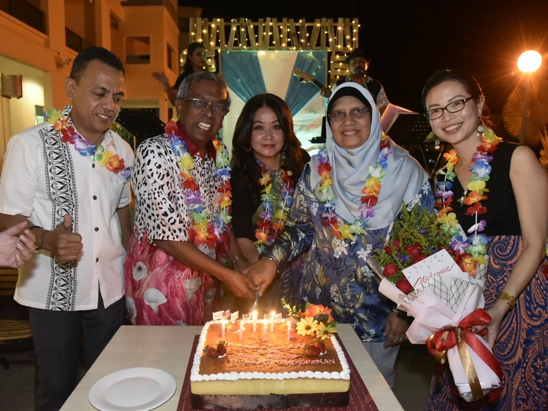 35. surprise birthday cake for Datuk Odzman (2nd from L)
