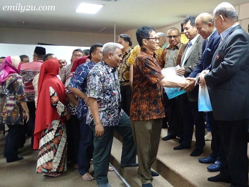 7. the delegates receive gifts courtesy of Persatuan Kontraktor Melayu Malaysia Negeri Perak