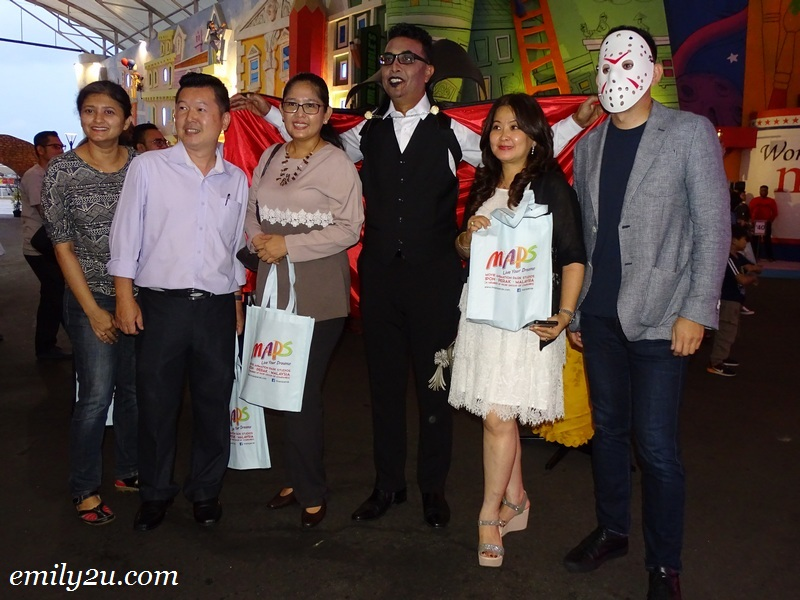 9. guests take a photo with MAPS Director Ramelle Tan Sri Ramli (R) and CEO Mr. Shafeii Abdul Gaffoor (Dracula)