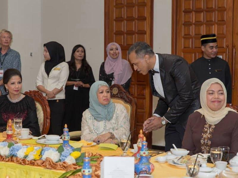 7.Her Royal Highness DYAM Raja Puan Muda Perak Darul Ridzuan Tunku Soraya Binti Almarhum Sultan Abdul Halim speaks to IIFW Founder-cum- CEO Louis Sebastian