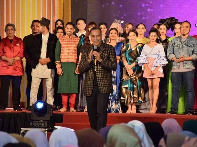 20. IIFW Founder-cum- CEO Louis Sebastian sings a popular Malay song, Ingin Bersua