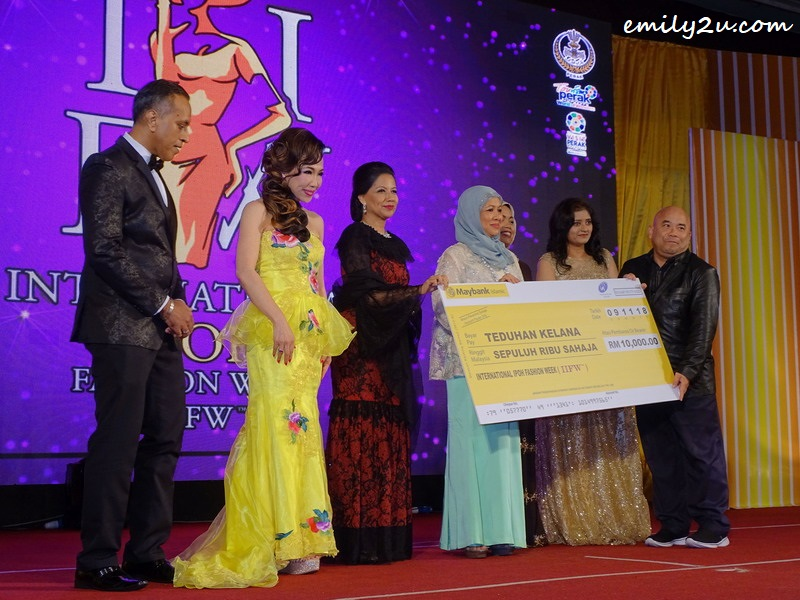 6. mock cheque presentation to Rumah Teduhan Kelana, Ipoh
