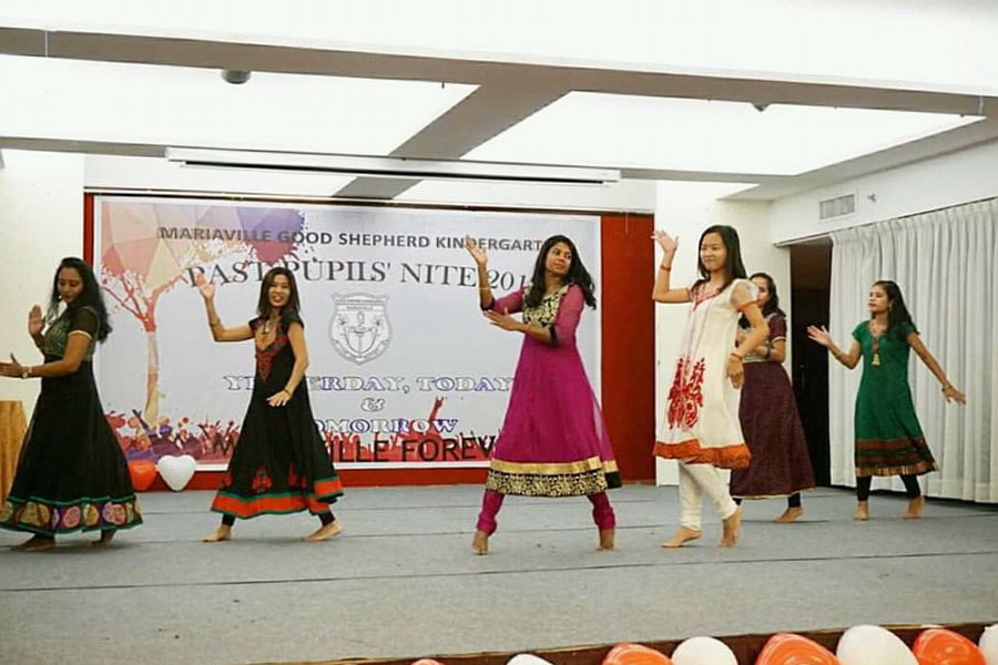 1. past pupils put up an energetic performance