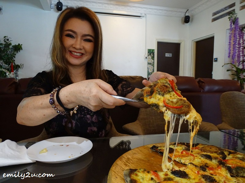 20. Dato' Dr. Wenddi Anne lifts up a slice of vegetable pizza. Look at the generous amount of cheese!