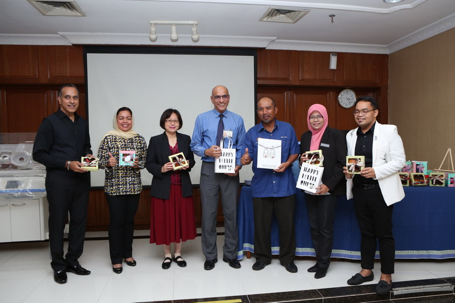 3. handover of a hundred pairs of baby shoes by Kolej Komuniti Manjung (L-R): Founder & CEO of IIFW™ Mr Louis Sebastian, YBhg. Datin Seri Dr. Nomee (IIFW™ Adviser), Pengarah Hospital Raja Permaisuri Bainun Dr. Teo Gim Sian, Dr. Jayabalan - Head of Paediatric Department, Tuan Hj Wan Mohd Nasir  - Pengarah Bahagian Ambilan dan Pengambilan Pelajar, Pn Emy Rozana Mohamad - Pengarah Kolej Komuniti Manjung & Project Manager CCFW Muhammad Fazli Jasli
