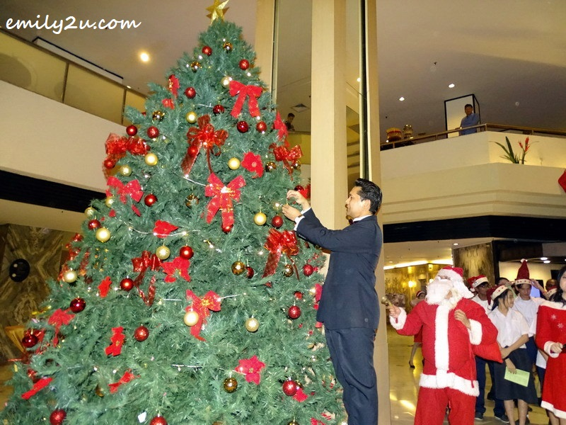 5. Impiana Hotel Ipoh General Manager Gerard Sta Maria hangs a golden star on the Christmas tree in support of Stars of Hope campaign