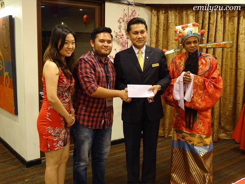 18. lucky draw winner (Perak Today) (2nd from L) receives his prize from Impiana Hotel Ipoh General Manager Mr Gerard Sta Maria