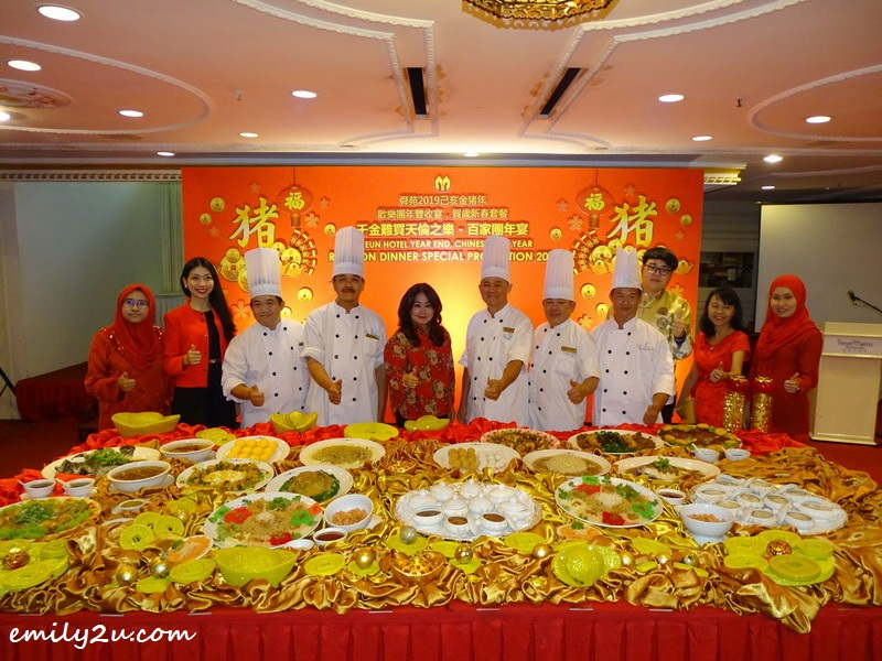 Ms Maggie Ong with management staff and culinary team