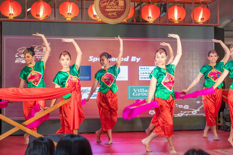 a series of performances entertain shoppers at Ipoh Parade
