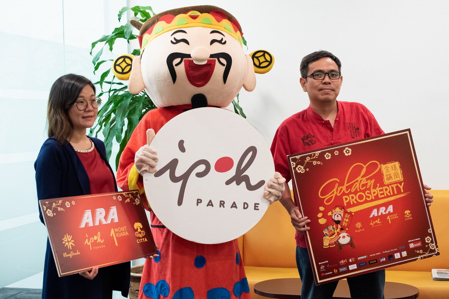 (L-R) Lim Huey Tyng, Assistant Manager, Advertising & Promotions Ipoh Parade together with God of Prosperity and Alan Thoo, Group Marketing Head, unveiling the Golden Prosperity Campaign at Ipoh Parade