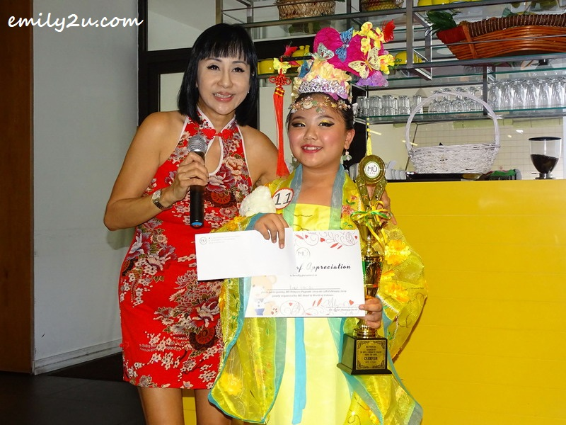 Low Wei Qi is crowned MÜ Princess by MÜ Hotel Director of Sales, Ms Lanny Lee
