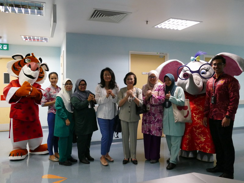 L-R: Tabby the Tiger, Zarina Ramli (Nursing Employee of U42), Norhanita Ahmad (Nursing Employee of U48), Ms Katherine Chew (Vice President of Public Relations & Communications), Puan Sri Cecilia Lim (wife of Genting Malaysia Berhad chairman), Dr. Azriyanti Anuar Zaini (Consultant Paediatrician at Department of Paediatrics), Sy Syarifah Abdol Latif (Head of Nursing U36), Allie the Elephant & Mohd Na'imullah Zul Aimi (Corporate Relations)