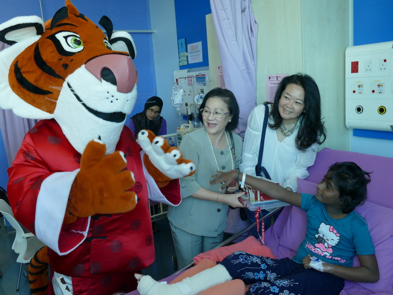 L-R: Tabby the Tiger, Puan Sri Cecilia Lim & Ms Katherine Chew
