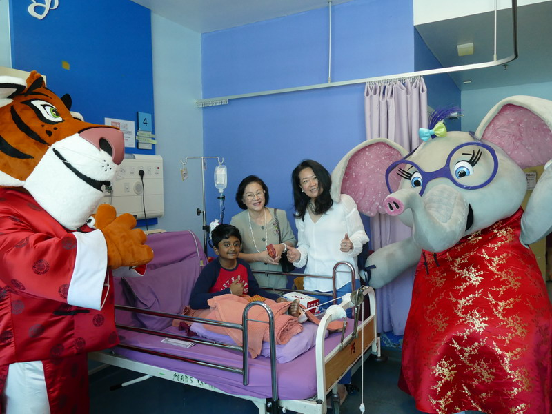 L-R: Tabby the Tiger, Puan Sri Cecilia Lim, Ms Katherine Chew & Allie the Elephant.