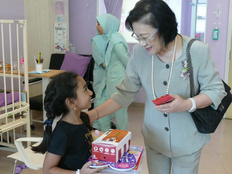 Puan Sri Cecilia Lim (wife of Genting Malaysia Berhad chairman) brings cheer to a child at the hospital