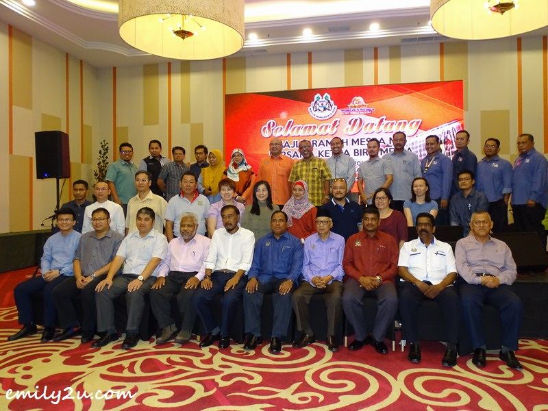 9. Ipoh City Council Secretary Encik Mohd Zakuan bin Haji Zakaria takes a group photo with Ipoh City Councillors and members of the media