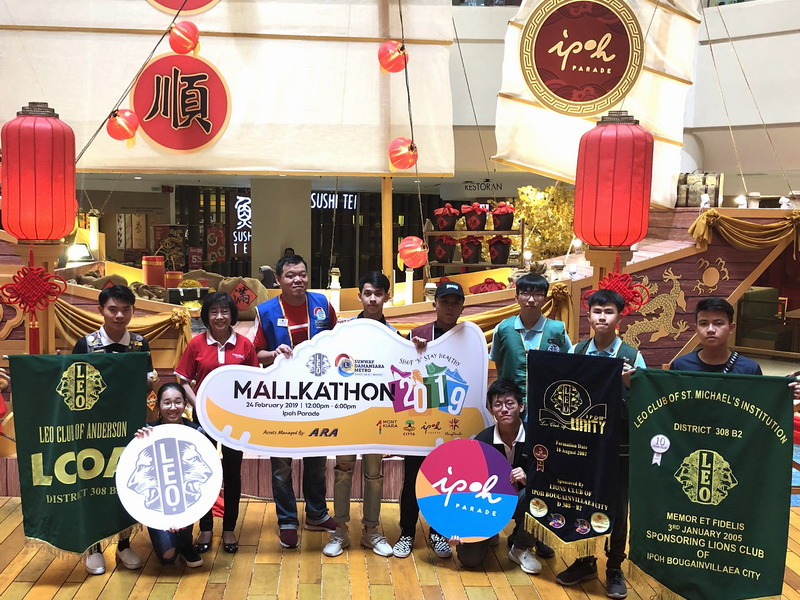(3rd from L) Kenneth Yeoh, District Chairperson for LEO Clubs District 308 B2 (MALAYSIA) together with Aaron Phang, Organising Chairperson (4th from L) and other Leo members at the launch the Mallkathon in Ipoh Parade
