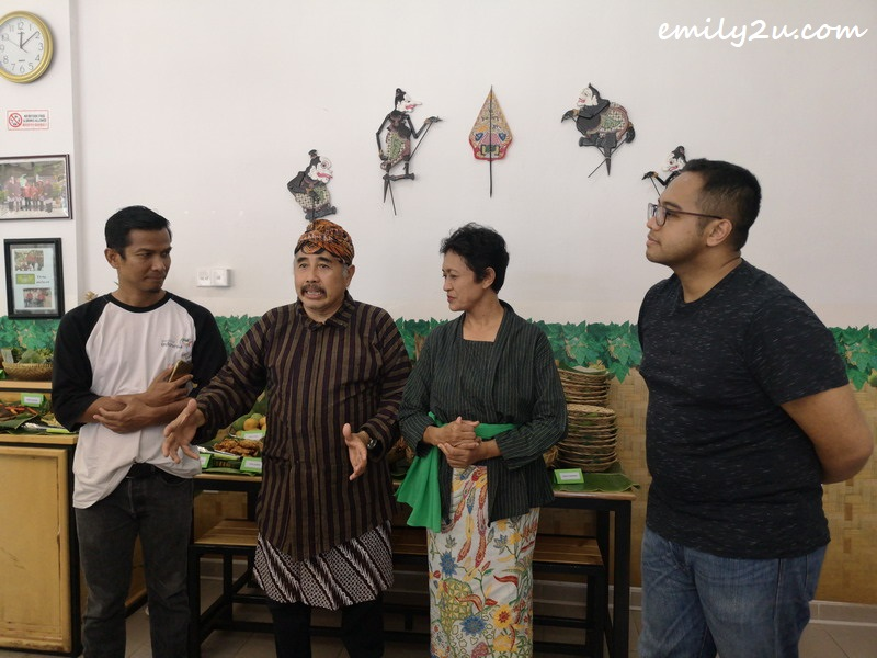 Edi Sutrisno (L) with founder of Sego Pecel Bu Wir Dimas Samuel H (R) with the parents of Dimas in the middle