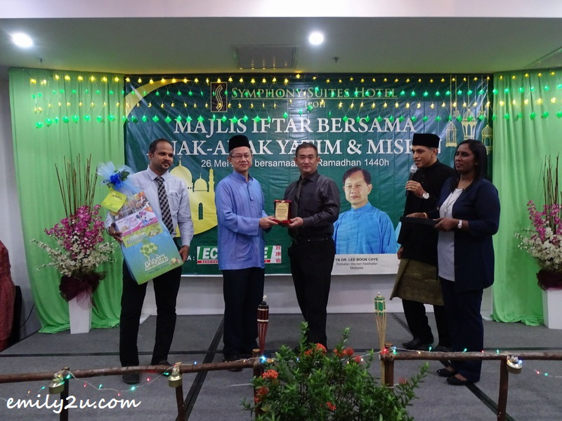 Econsave General Manager Mr Chua presents a token of appreciation to YB Dr Lee Boon Chye (in blue)