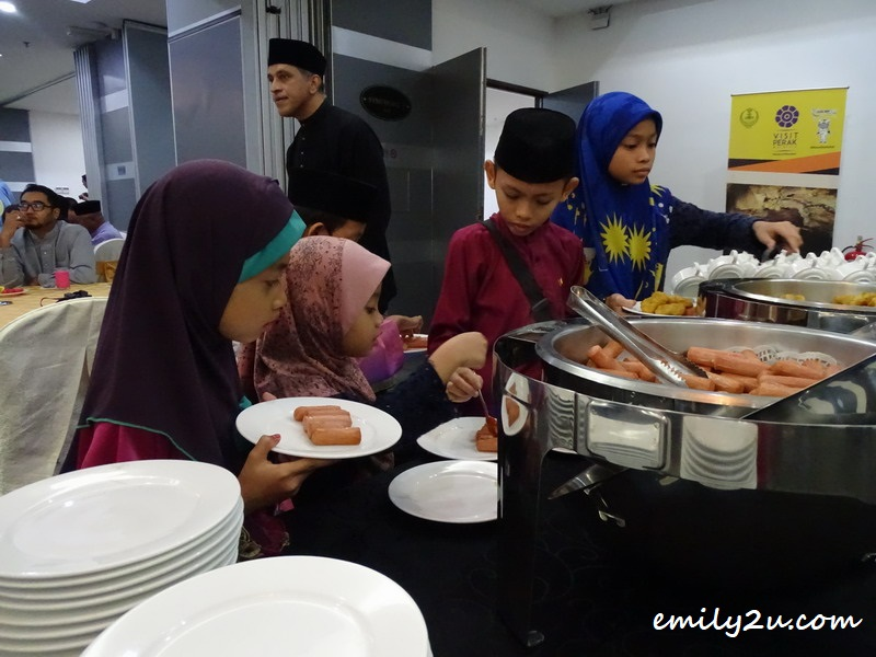 children help themselves to the yummilicious Ramadan buffet