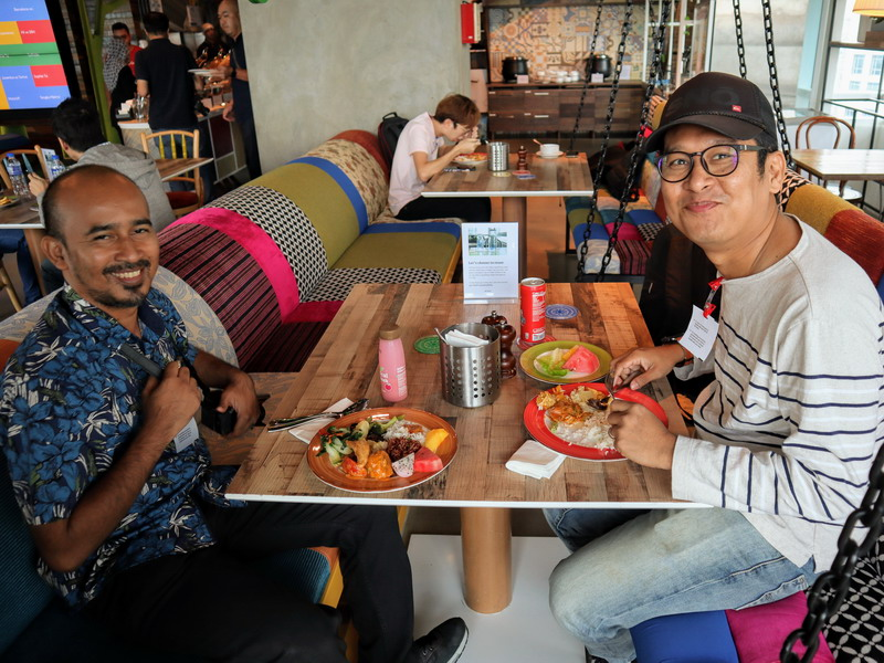 Alsmie Alias (L) with Fikri Idris (R) enjoy their lunch (photo by Stephen Abraham)