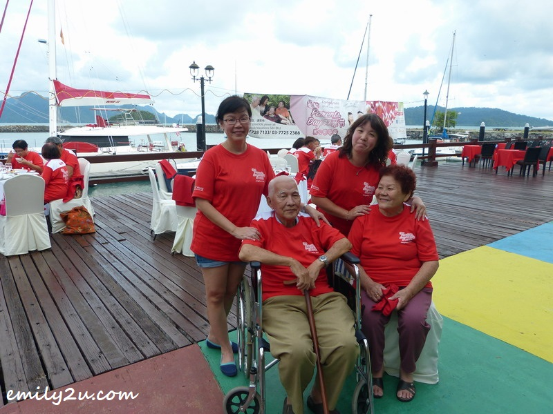 Yeow Weng Fee (in wheelchair) with his wife Tan Eng Choo and their two daughters - Julia Yeow Choy Wan (standing left) & Jeslyn Yeow Choy Hoong (standing right)