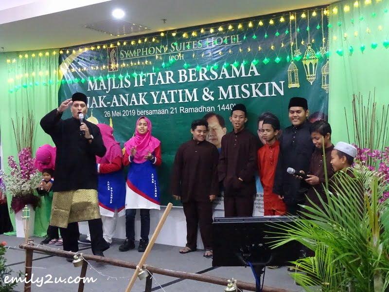 emcee Louis Sebastian leads the children to 'Balik Kampung'