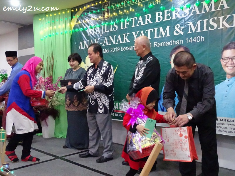 presentation of duit raya, hampers and other goodies